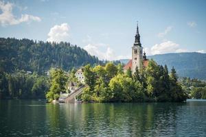 kerk op een eiland in bled, slovenië foto