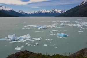 ijsberg drijvend op het Argentijnse meer foto