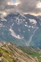 zonlicht door de onweerswolken op gletsjerpasterze. oostenrijkse alpen