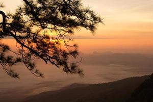 zonsopgang bij phukradung nationaal park, thailand