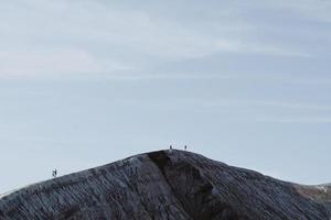 mensen lopen op een heuvelrug