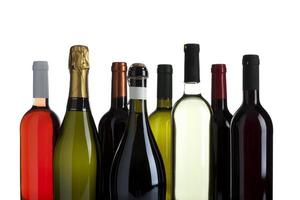 verscheidenheid aan wijn en champagne flessen geïsoleerd foto