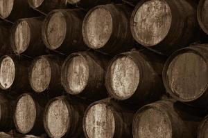 vaten in de wijnkelder foto