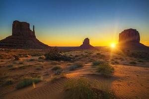 horizontale weergave van zonsopgang bij monument valley foto