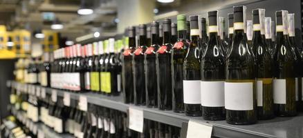rode en witte wijn in flessen foto