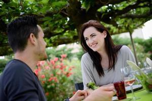 gelukkig jong liefdevol paar met lunch barbecue partij buitentuin foto