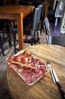 koud vlees en wijn foto