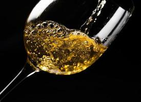witte wijn op zwart foto