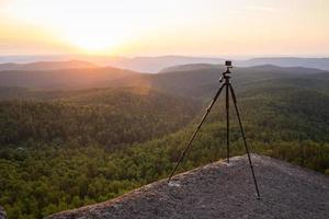 silhouet van fotograaf foto nemen in zonsondergang