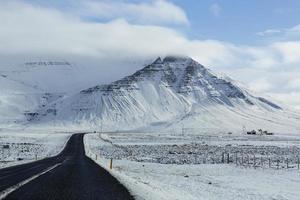 besneeuwde weg in de winter