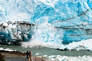 grote stapel ijs dat van de perito morenogletsjer valt foto