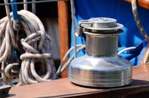 oude lier, zeilbootuitrusting voor jachtcontrole foto