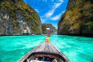 houten boot dichtbij tropisch eiland, thailand.