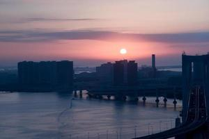 tokyo bay bij zonsopgang, odaiba, japan foto
