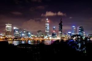 Perth skyline van de stad 's nachts foto