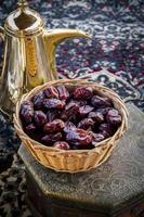 Arabische koffiepot en datums met Perzische dekenachtergrond