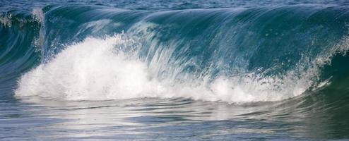 golven die op groot strand in maui hawaï breken foto