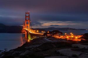 nachtverlichting in golden gate bridge. foto