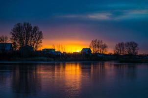 zonsondergang op het bevroren meer