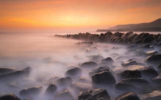 serene zonsondergang aan de kust van Dorset