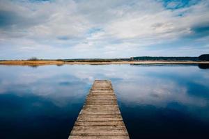 oude houten pier. rustige rivier