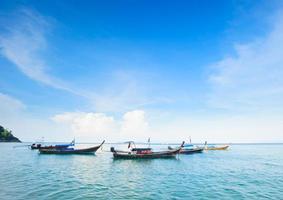 zeegezicht met de boot van een visser in Thailand