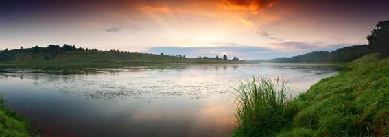 fantastische mistige rivier met vers groen gras