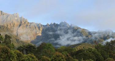 zonsopgang uitzicht op de berg kinabalu in sabah, borneo, maleisië foto