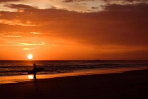 surfer bij zonsondergang in nicaragua