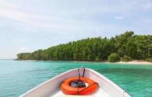 eiland vanaf de boeg van de boot