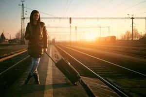 jonge reizigersvrouw in spoorweg