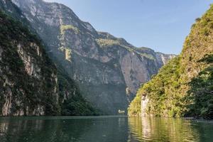 brug bij cañon del sumidero. wilde rivier bij chiapas.