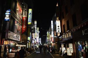 neonreclames 's nachts in de wijk Tokio - Shinjuku foto