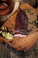 gerookte ham op een snijplank.