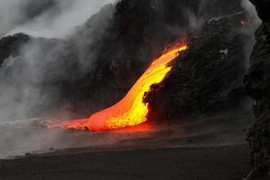 een lavastroom 's nachts bergafwaarts
