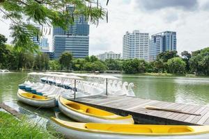 drijvende boot op water in het park, bangkok Thailand foto
