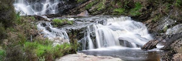 panorama landschap waterval detail stroomt over rotsen in de zomer