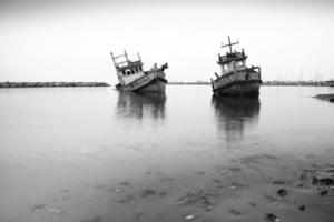 oude vissersboot, wit en zwart. foto