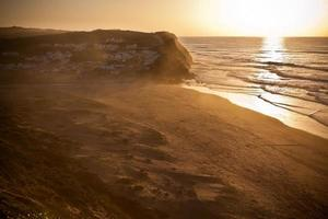prachtige oranje zonsondergang op de oceaankust van portugal foto