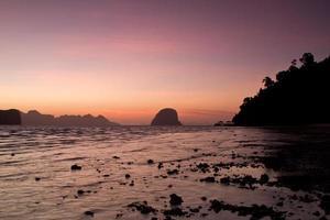 zonsondergang op het strand van het koh ngai-eiland thailand foto
