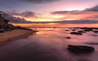 prachtige zonsopgang vloed bij de rotsplank van de baai van Bateau