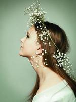lente portret meisje met krans van bloemen