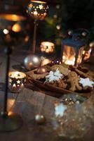 kerstkoekjes op versierde tafel