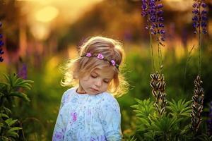 klein meisje met blauwe bloemen. fay.