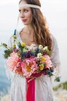 meisje met een bruiloft boeket boho-stijl