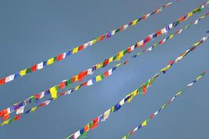 boeddhistische tibetaanse gebedsvlaggen die in de wind waaien
