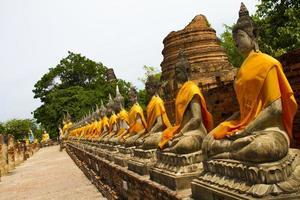 Boeddhabeelden in de tempel van wat yai chai mongkol