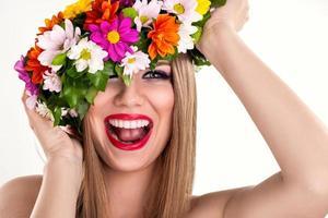 lachende vrouw met bloemkrans