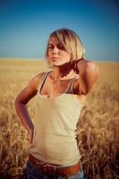 jonge vrouw op tarweveld