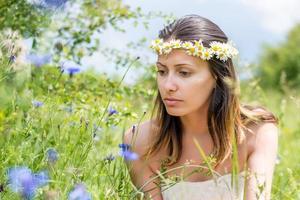 jonge vrouw op het veld foto